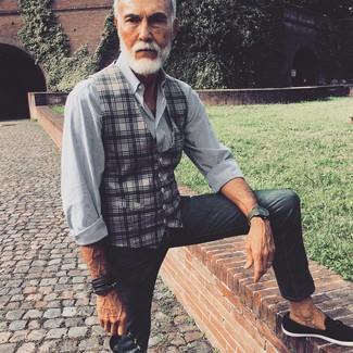 Cómo combinar: mocasín con borlas de ante negro, vaqueros pitillo en gris oscuro, camisa de vestir de rayas verticales en blanco y negro, chaleco de vestir de tartán gris