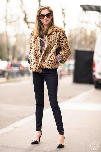 Cómo combinar: zapatos de tacón de cuero negros, vaqueros pitillo negros, camisa de vestir de tartán en multicolor, chaqueta de piel de leopardo marrón claro
