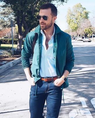Cómo combinar: bolso mensajero de cuero en marrón oscuro, vaqueros pitillo azul marino, camisa de vestir de rayas verticales celeste, chaqueta estilo camisa en verde azulado