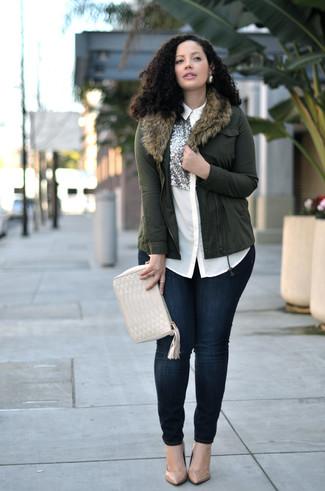 Cómo combinar: zapatos de tacón de cuero marrón claro, vaqueros pitillo azul marino, camisa de vestir de seda con adornos blanca, chaqueta motera verde oliva