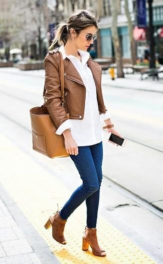 Cómo combinar: botines de ante con recorte marrónes, vaqueros pitillo azul marino, camisa de vestir blanca, chaqueta motera de cuero marrón