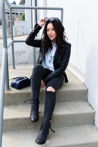 Cómo combinar: botines chelsea de cuero negros, vaqueros pitillo desgastados negros, camisa de vestir celeste, chaqueta motera de cuero negra