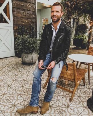 Cómo combinar: botines chelsea de ante marrónes, vaqueros pitillo desgastados azules, camisa de vestir de rayas verticales gris, chaqueta motera de cuero negra