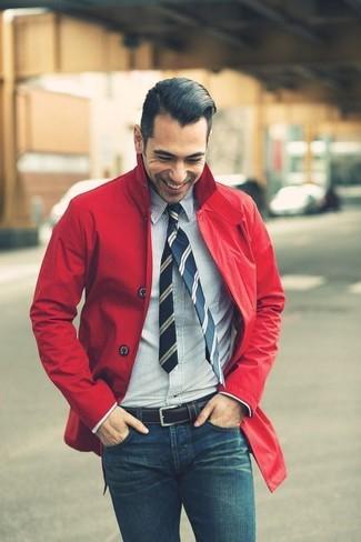 Cómo combinar: corbata de rayas verticales azul marino, vaqueros pitillo azules, camisa de vestir de rayas verticales en blanco y azul marino, chubasquero rojo