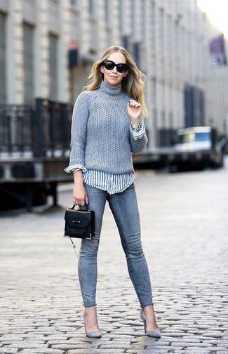 Cómo combinar: zapatos de tacón de ante grises, vaqueros pitillo grises, camisa de vestir de rayas verticales en blanco y azul, jersey de cuello alto de punto gris