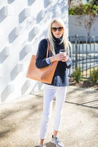 Cómo combinar: deportivas grises, vaqueros pitillo blancos, camisa de vestir de rayas verticales en blanco y azul, jersey de cuello alto de punto azul marino