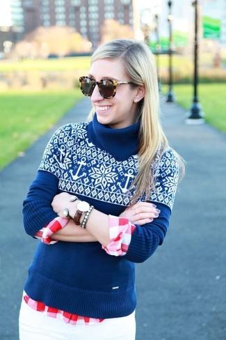 Cómo combinar: gafas de sol de leopardo marrónes, vaqueros pitillo blancos, camisa de vestir de cuadro vichy en rojo y blanco, jersey de cuello alto de grecas alpinos azul