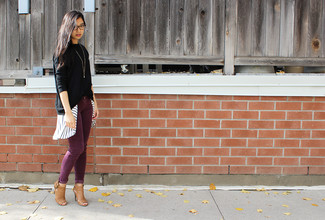 Cómo combinar: botines de cuero con recorte marrón claro, vaqueros pitillo de pana burdeos, camisa de vestir de rayas verticales en blanco y negro, jersey oversized negro