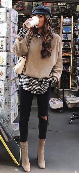 Cómo combinar: botines de ante en beige, vaqueros pitillo desgastados negros, camisa de vestir de cuadro vichy en blanco y negro, jersey oversized marrón claro