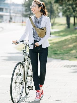 Cómo combinar: zapatillas altas de lona rojas, vaqueros pitillo azul marino, camisa de vestir de cuadro vichy en negro y blanco, sudadera con capucha blanca