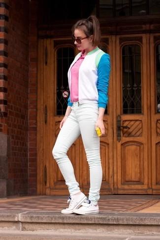 Cómo combinar: tenis blancos, vaqueros pitillo en verde menta, camisa polo rosada, cazadora de aviador en blanco y azul