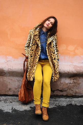 Cómo combinar: botas planas con cordones de cuero en tabaco, vaqueros pitillo amarillos, camisa vaquera azul, abrigo de piel de leopardo marrón claro