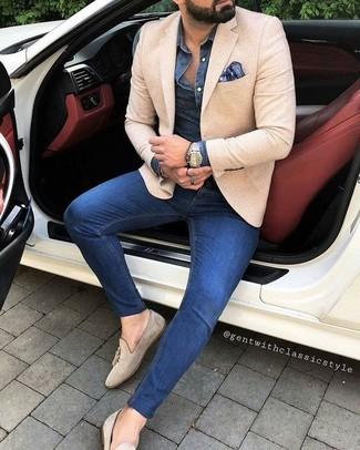 Cómo combinar: mocasín con borlas de ante en beige, vaqueros pitillo azules, camisa vaquera azul marino, blazer en beige