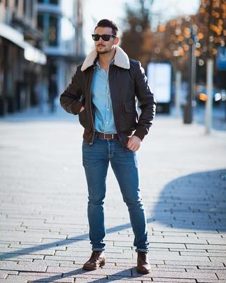 Cómo combinar: botas casual de cuero marrónes, vaqueros pitillo azules, camisa vaquera celeste, cazadora de aviador de cuero en marrón oscuro