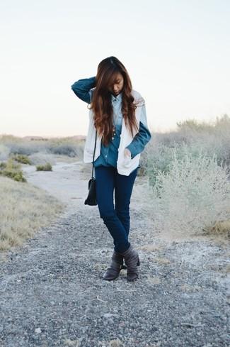 Combinar unos botines de cuero en gris oscuro: Usa un chaleco de punto blanco y unos vaqueros pitillo azul marino para conseguir una apariencia glamurosa y elegante. Un par de botines de cuero en gris oscuro se integra perfectamente con diversos looks.