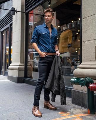 Cómo combinar: botas casual de cuero marrónes, vaqueros pitillo negros, camisa vaquera azul, chaqueta motera de ante en gris oscuro