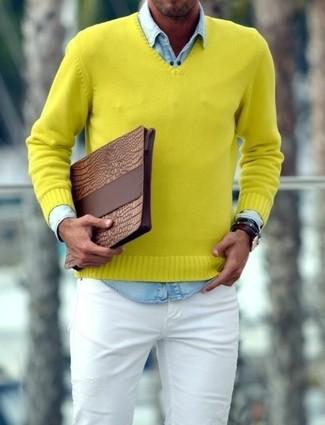 Cómo combinar: bolso con cremallera de cuero marrón, vaqueros pitillo blancos, camisa vaquera celeste, jersey de pico amarillo