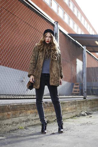 Cómo combinar: botines de cuero negros, vaqueros pitillo en gris oscuro, camiseta con cuello circular gris, abrigo de piel marrón