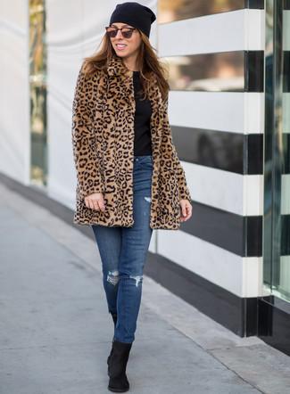 Cómo combinar: botines de ante negros, vaqueros pitillo desgastados azules, camiseta con cuello circular negra, abrigo de piel de leopardo marrón claro