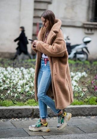 Cómo combinar: deportivas en multicolor, vaqueros pitillo celestes, camiseta con cuello circular estampada en blanco y rojo, abrigo de piel marrón claro