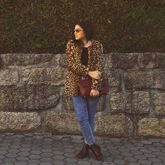 Cómo combinar: botines de cuero burdeos, vaqueros pitillo con lavado ácido azules, camiseta con cuello circular negra, abrigo de piel de leopardo marrón