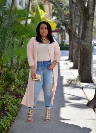 Cómo combinar: sandalias de tacón de cuero en beige, vaqueros pitillo desgastados celestes, camiseta con cuello circular en beige, abrigo duster rosado