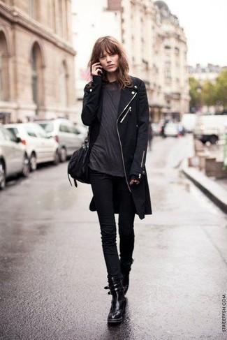 Cómo combinar: botas planas con cordones de cuero negras, vaqueros pitillo negros, camiseta con cuello circular en gris oscuro, abrigo negro