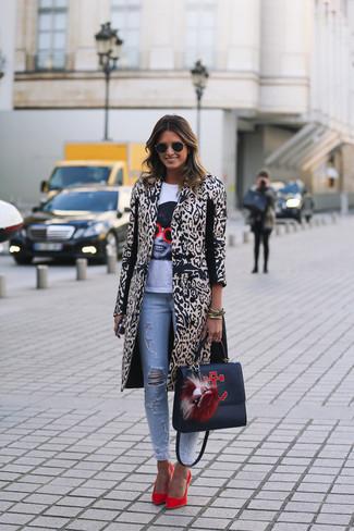 Combinar un abrigo de leopardo en beige: Considera emparejar un abrigo de leopardo en beige con unos vaqueros pitillo desgastados celestes para crear una apariencia elegante y glamurosa. Zapatos de tacón de ante rojos son una opción inigualable para completar este atuendo.