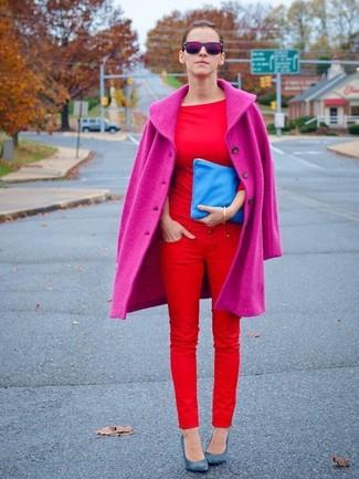 Cómo combinar: zapatos de tacón de cuero azules, vaqueros pitillo rojos, camiseta con cuello circular roja, abrigo rosa