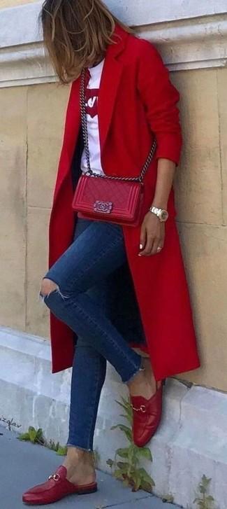 Cómo combinar: mocasín de cuero rojos, vaqueros pitillo desgastados azul marino, camiseta con cuello circular estampada en blanco y rojo, abrigo rojo