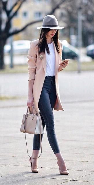 Cómo combinar: zapatos de tacón de cuero en beige, vaqueros pitillo azul marino, camiseta con cuello circular blanca, abrigo rosado