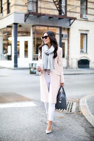 Cómo combinar: zapatos de tacón de cuero blancos, vaqueros pitillo blancos, camiseta con cuello circular gris, abrigo rosado