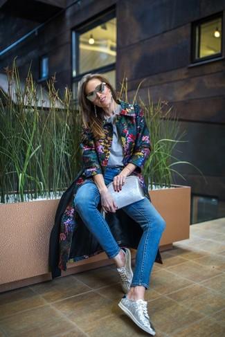 Combinar unas gafas de sol grises en clima frío: Considera ponerse un abrigo con print de flores en multicolor y unas gafas de sol grises transmitirán una vibra libre y relajada. Tenis de lentejuelas plateados son una opción muy buena para complementar tu atuendo.