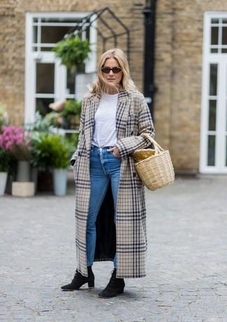 Cómo combinar: botines con cordones de ante negros, vaqueros pitillo azules, camiseta con cuello circular blanca, abrigo de tartán en beige