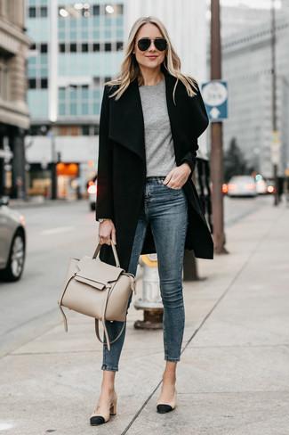 Cómo combinar: zapatos de tacón de cuero en negro y marrón claro, vaqueros pitillo azul marino, camiseta con cuello circular gris, abrigo negro