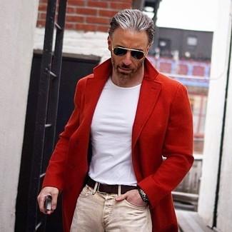 Cómo combinar: correa de cuero en marrón oscuro, vaqueros pitillo en beige, camiseta con cuello circular blanca, abrigo largo rojo