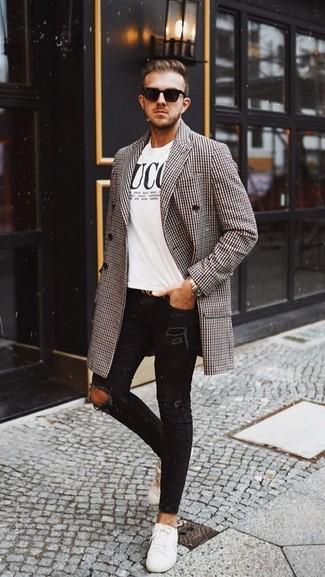 Cómo combinar: tenis de cuero blancos, vaqueros pitillo desgastados negros, camiseta con cuello circular estampada en blanco y negro, abrigo largo de pata de gallo marrón