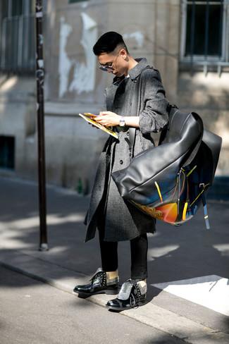 Cómo combinar: botas casual de cuero negras, vaqueros pitillo negros, camiseta con cuello circular blanca, abrigo largo de tartán en gris oscuro