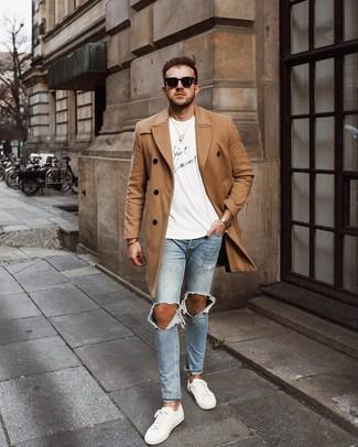 Cómo combinar: tenis de cuero blancos, vaqueros pitillo desgastados celestes, camiseta con cuello circular estampada en blanco y negro, abrigo largo marrón claro