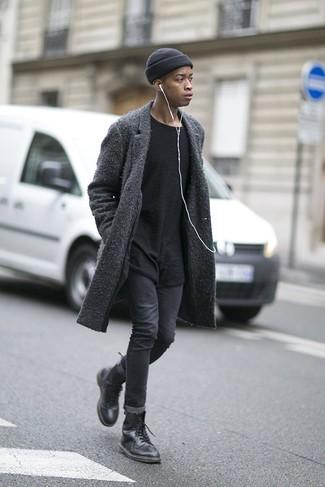 Outfits hombres: Para crear una apariencia para un almuerzo con amigos en el fin de semana elige un abrigo largo en gris oscuro y unos vaqueros pitillo en gris oscuro. Botas casual de cuero negras son una opción inigualable para completar este atuendo.