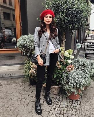 Cómo combinar: botas planas con cordones de cuero negras, vaqueros pitillo negros, camiseta con cuello circular blanca, blazer cruzado de tartán gris