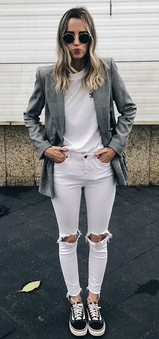 Cómo combinar: tenis de lona negros, vaqueros pitillo desgastados blancos, camiseta con cuello circular blanca, blazer cruzado de tartán gris