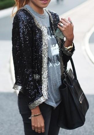 Cómo combinar: bolsa tote de cuero negra, vaqueros pitillo negros, camiseta con cuello circular estampada gris, blazer de lentejuelas negro