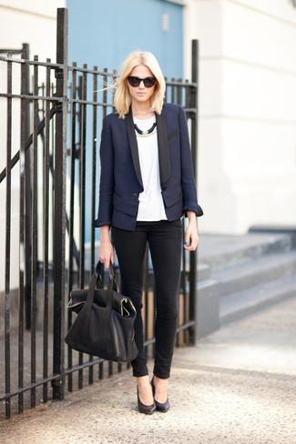 Cómo combinar: zapatos de tacón de cuero negros, vaqueros pitillo negros, camiseta con cuello circular blanca, blazer azul marino