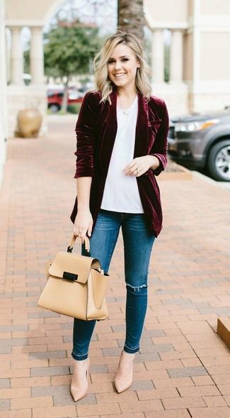Cómo combinar: zapatos de tacón de cuero marrón claro, vaqueros pitillo desgastados azules, camiseta con cuello circular blanca, blazer de terciopelo burdeos