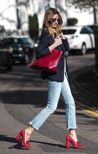 Cómo combinar: zapatos de tacón de ante rojos, vaqueros pitillo celestes, camiseta con cuello circular blanca, blazer negro