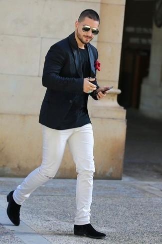 Combinar un pañuelo de bolsillo rojo en primavera 2021: Un blazer negro y un pañuelo de bolsillo rojo son una opción estupenda para el fin de semana. Con el calzado, sé más clásico y haz botines chelsea de ante negros tu calzado. Este atuendo es una idea buena si tu buscas un atuendo apropriado para esta primavera.