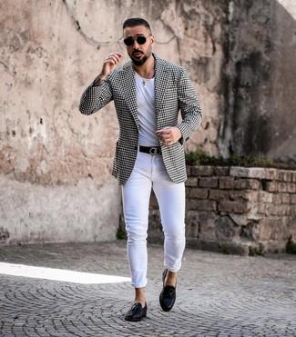Cómo combinar: mocasín con borlas de cuero negro, vaqueros pitillo blancos, camiseta con cuello circular blanca, blazer de cuadro vichy en negro y blanco