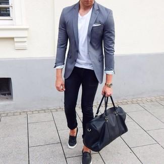 Cómo combinar: zapatillas slip-on de cuero negras, vaqueros pitillo negros, camiseta con cuello circular blanca, blazer gris