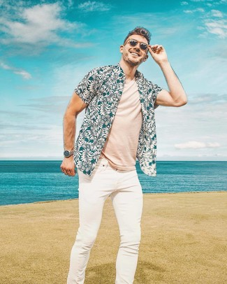 Cómo combinar: gafas de sol marrónes, vaqueros pitillo blancos, camiseta con cuello circular en beige, camisa de manga corta con print de flores en verde azulado